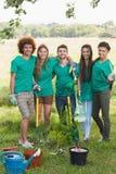 Amis heureux faisant du jardinage pour la communauté Photos libres de droits