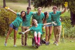 Amis heureux faisant du jardinage pour la communauté Image libre de droits