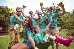 Amis heureux faisant du jardinage pour la communauté Photographie stock