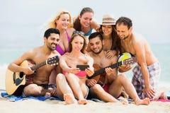 Amis heureux faisant ensemble le selfie Image libre de droits
