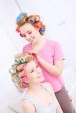 Amis heureux faisant la coiffure Photos libres de droits