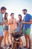 Amis heureux faisant le barbecue et buvant de la bière Images libres de droits