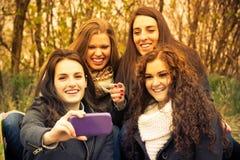 Amis heureux faisant le selfie Photo stock