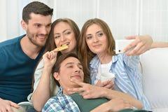 Amis heureux faisant le selfie Images libres de droits