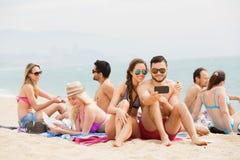 Amis heureux faisant le selfie au bord de mer Photo libre de droits