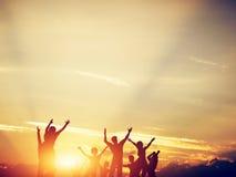 Amis heureux, famille sautant ensemble au coucher du soleil illustration libre de droits