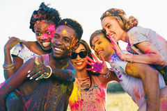 Amis heureux ferroutant ensemble au festival de holi Images stock