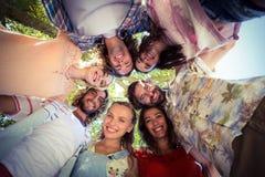Amis heureux formant un petit groupe en parc Photographie stock libre de droits