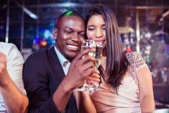 Amis heureux grillant avec le champagne Image libre de droits