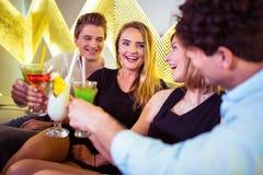 Amis heureux grillant des verres de cocktail Photo libre de droits