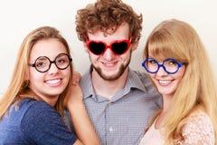 Amis heureux homme et femmes en verres Photos stock