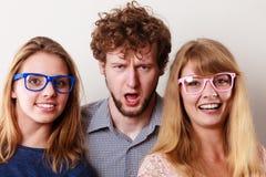 Amis heureux homme et femmes en verres Photographie stock libre de droits
