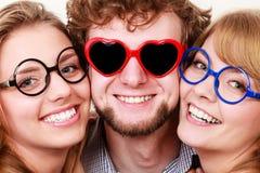 Amis heureux homme et femmes en verres Photo stock