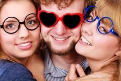 Amis heureux homme et femmes en verres Image stock