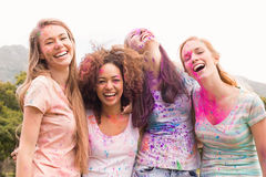 Amis heureux jetant la peinture de poudre Photographie stock
