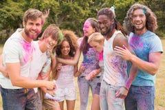 Amis heureux jetant la peinture de poudre Photos libres de droits