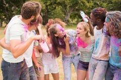 Amis heureux jetant la peinture de poudre Photo libre de droits