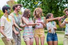 Amis heureux jetant la peinture de poudre Images libres de droits
