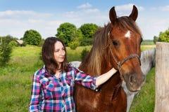 Amis heureux - jeune femme avec le beau cheval Photos libres de droits