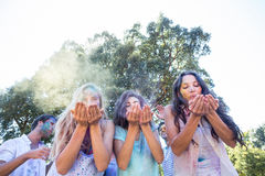 Amis heureux jouant avec la peinture de poudre Images libres de droits