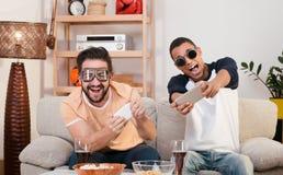 Amis heureux jouant des jeux d'ordinateur Photographie stock