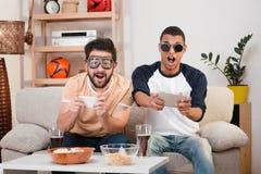 Amis heureux jouant des jeux d'ordinateur Photos stock