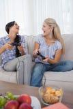 Amis heureux jouant des jeux vidéo Photographie stock libre de droits