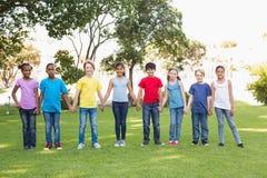 Amis heureux jouant en parc Photo libre de droits