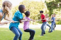 Amis heureux jouant en parc Photos libres de droits