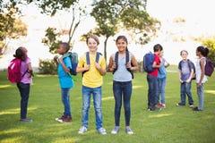 Amis heureux jouant en parc Photos stock