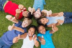 Amis heureux jouant en parc Photographie stock libre de droits