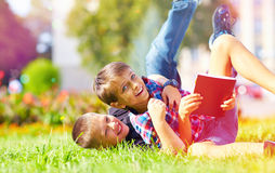 Amis heureux jouant en parc après école Image libre de droits