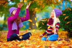 Amis heureux jouant en parc vibrant d'automne Photo libre de droits