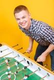 Amis heureux jouant l'hockey de table Photographie stock