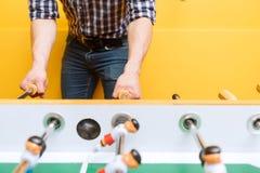Amis heureux jouant l'hockey de table Images libres de droits