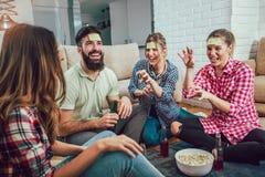 Amis heureux jouant la conjecture de jeu qui Images libres de droits