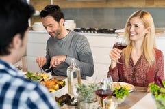 Amis heureux mangeant ensemble Images stock