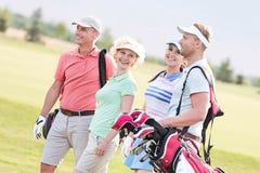Amis heureux marchant au terrain de golf Photo libre de droits