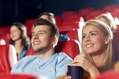 Amis heureux observant le film dans le théâtre Photos stock