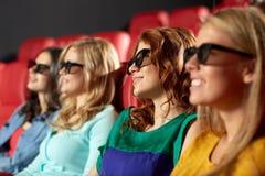 Amis heureux observant le film dans le théâtre 3d Image stock