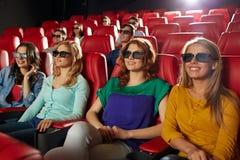 Amis heureux observant le film dans le théâtre 3d Images stock