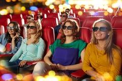Amis heureux observant le film dans le théâtre 3d Image libre de droits