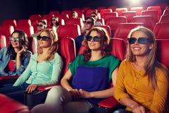 Amis heureux observant le film dans le théâtre 3d Photos libres de droits