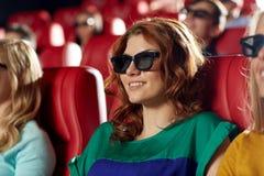Amis heureux observant le film dans le théâtre 3d Photo libre de droits