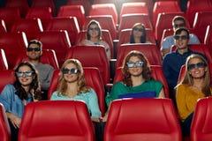 Amis heureux observant le film dans le théâtre 3d Photos stock