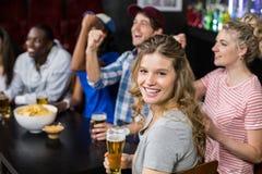 Amis heureux observant le sport Photo libre de droits