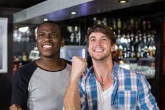 Amis heureux observant le sport Image stock