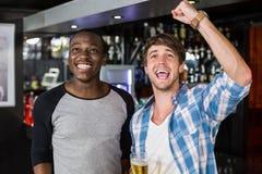 Amis heureux observant le sport Photographie stock libre de droits