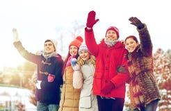 Amis heureux ondulant des mains dehors Photo libre de droits