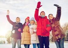 Amis heureux ondulant des mains dehors Photos libres de droits